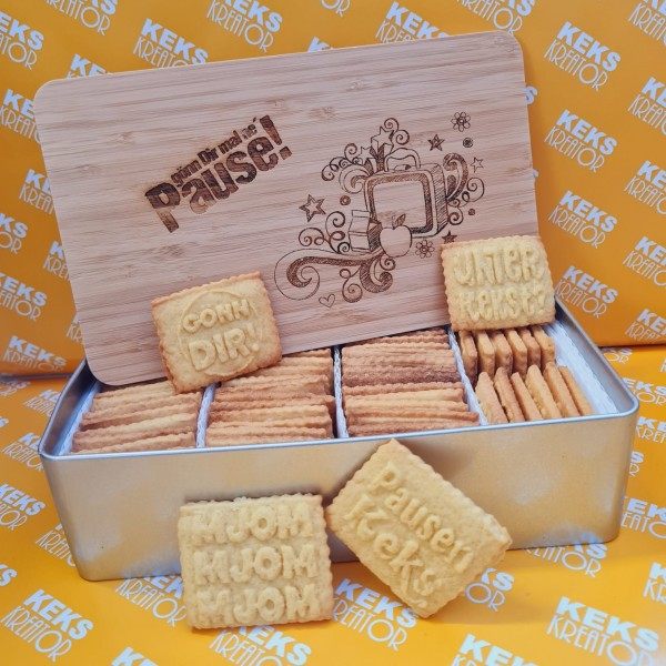 "Pausen-Keksdose ""Gönn dir mal ne Pause"" mit 750g Logokeksen / Holzdeckel / Frühstücksbrettchen"